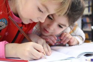 Cum implicăm elevii la clasă? Câteva sfaturi + un ghid de îndrumare
